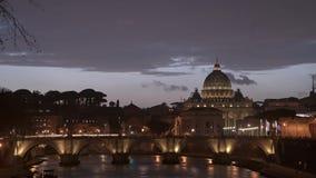 Tiro de Timelapse Vaticano, St Peter Basilica y St Angelo Bridge que cruza el río de Tíber en el centro de ciudad de Roma Italia almacen de metraje de vídeo