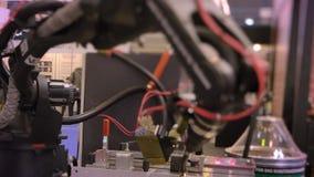 Tiro de trabalhar o braço robótico automático preto do laser no processo no fundo da exposição vídeos de arquivo