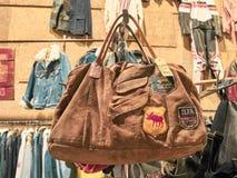 Tiro de um saco do vintage em um suporte fotografia de stock