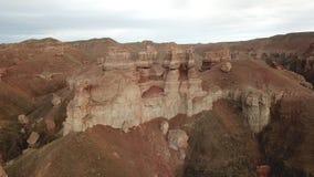 Tiro de um zangão, vista superior da garganta de Charyn Garganta vermelha, vista marciana Sandy e borda de pedra da garganta foto de stock royalty free