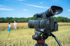 Tiro de uma reportagem em assuntos agrários com a ajuda das câmaras de vídeo modernas imagem de stock