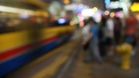Tiro Defocused de una ciudad insomne de la noche almacen de metraje de vídeo