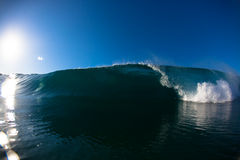Tiro del agua de la cara de la cara de la onda que causa un crash Imagen de archivo