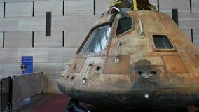 Tiro del cardán que camina alrededor del módulo de comando de Apolo 11 metrajes