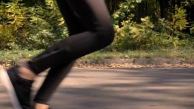 Tiro del carro, imagen cosechada de piernas de funcionamiento en perfil almacen de metraje de vídeo