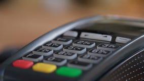 Tiro del concepto de usar la tarjeta de banco en cajero de la tienda almacen de video