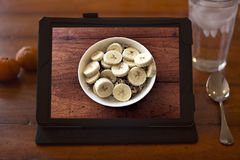 Tiro del desayuno en la tableta en la mesa de desayuno Fotos de archivo libres de regalías