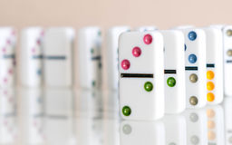 Tiro del efecto de dominó Mire abajo para el juego del dominó Dominós que bajan en fila en frente Pedazos del juego de los dominó Fotografía de archivo