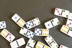 Tiro del efecto de dominó Mire abajo para el juego del dominó en fondo negro Dominós que bajan en fila en frente Juego de los dom Fotografía de archivo libre de regalías
