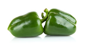 Tiro del estudio de dos paprikas verdes aislados en blanco Fotos de archivo