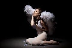 Tiro del estudio de la muchacha preciosa gritadora vestida como ángel Foto de archivo libre de regalías