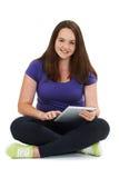 Tiro del estudio del adolescente que usa la tableta de Digitaces Fotografía de archivo