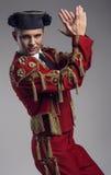 Tiro del estudio del hombre vestido como español matador Foto de archivo