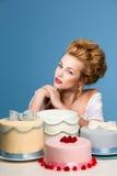 Tiro del estudio en el estilo de Marie Antoinette con la torta Foto de archivo