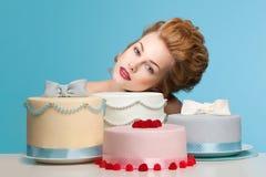 Tiro del estudio en el estilo de Marie Antoinette con la torta Fotos de archivo