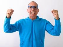 Tiro del estudio del hombre mayor calvo feliz que sonríe y que parece excitado foto de archivo libre de regalías
