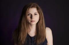 Tiro del estudio Retrato del modelo de moda con el pelo (rojo) natural rizado largo del jengibre y el maquillaje natural que pres imagen de archivo libre de regalías