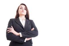 Tiro del héroe de la mujer de negocios confiada joven con los brazos cruzados Fotos de archivo