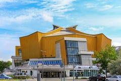 Tiro del mediodía el berlinés Philharmonie fotografía de archivo
