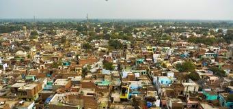 Tiro del panorama de Ariel de una ciudad con el gran número de pequeñas casas con verdor alrededor de él imagen de archivo libre de regalías