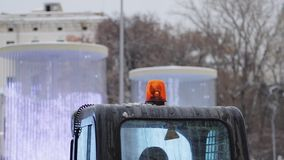 Tiro del PDA de la emergencia que gira la luz anaranjada en un coche móvil metrajes