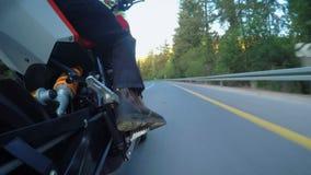 Tiro del POV de una motocicleta rápida que conduce en un camino curvado metrajes