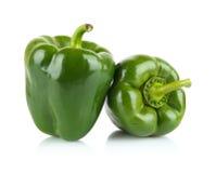 Tiro del primer de dos paprikas verdes aislados en blanco Foto de archivo