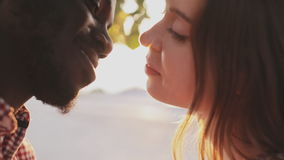 Tiro del primer de un beso en un fondo de la puesta del sol metrajes