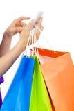 Tiro del primer de una persona que sostiene un teléfono celular para hacer compras en línea imagen de archivo libre de regalías