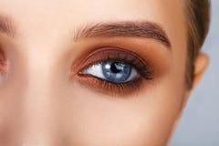 Tiro del primer del maquillaje femenino del ojo en estilo ahumado de los ojos Fotografía de archivo