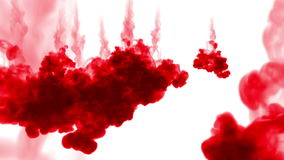 Tiro del primer El tinte rojo reacciona en agua y movimiento en la cámara lenta Uso para el fondo manchado de tinta o contexto co metrajes