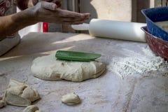 Tiro del primo piano della preparazione della pasta per fare il turco tradizionale impanare alimento con le farine fotografia stock libera da diritti