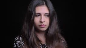 Tiro del primo piano di giovane femmina caucasica attraente che è triste e depressa mentre esaminando diritto la macchina fotogra video d archivio