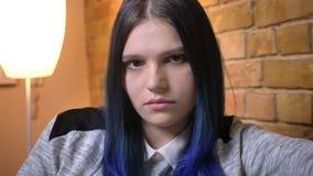 Tiro del primo piano di giovane femmina caucasica con capelli tinti che fanno uno sguardo fisso affascinante alla macchina fotogr stock footage