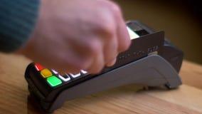Tiro del primo piano di un terminale di pagamento che è utilizzato per il pagamento dalla carta di credito nel deposito all'inter video d archivio
