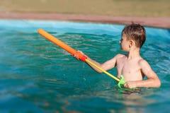 Tiro del ragazzino con l'idrante Fotografie Stock Libere da Diritti
