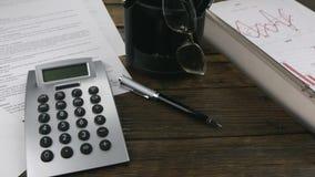 tiro del resbalador Contrato, calculadora, pluma y carta almacen de video