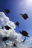 Tiro del sombrero del grado en sol y cielo azul Foto de archivo