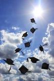 Tiro del sombrero del grado en sol y cielo azul Fotos de archivo