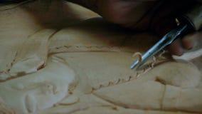 Tiro detalhado da cinzeladura cingalesa vídeos de arquivo