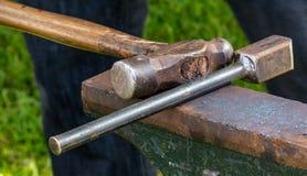 Tiro detallado del metal que es trabajado en una fragua del herrero foto de archivo