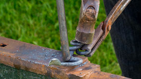Tiro detallado del metal que es trabajado en una fragua del herrero imagen de archivo libre de regalías