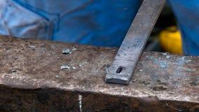 Tiro detallado del metal que es trabajado en una fragua del herrero imagenes de archivo