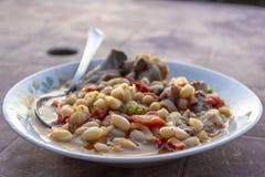 Tiro di fine di prospettiva della cena tradizionale dei fagioli secci del turco fotografia stock