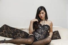 Belle donne asiatiche sexy su un letto Fotografia Stock Libera da Diritti