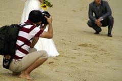 Tiro di foto di cerimonia nuziale alla spiaggia Fotografie Stock Libere da Diritti