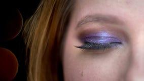 Tiro di profilo del primo piano di giovane bello fronte femminile con gli occhi che esaminano macchina fotografica con espression stock footage