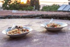 Tiro di prospettiva del primo piano delle tavole di cena tradizionali dei fagioli secci del turco a tempo di tramonto fotografia stock
