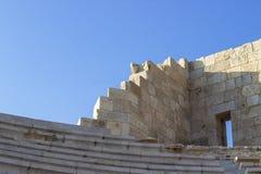 Tiro di prospettiva delle disposizioni dei posti a sedere antiche dell'anfiteatro dell'angolo della struttura della pietra fotografia stock