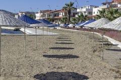 Tiro dianteiro da proteção azul do sol no litoral no verão imagens de stock royalty free